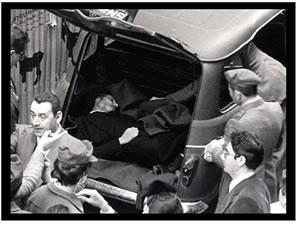 fotografia del ritrovamento di Aldo Moro dentro la Renault R4